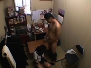 amatuer high school girlfriend giving handjob