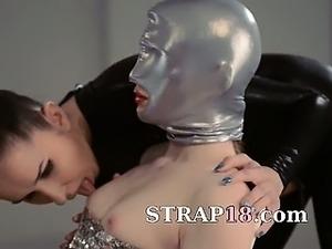 lesbian anal strapon fucking