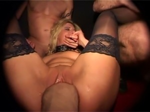 girl gitting her pussy pissed in
